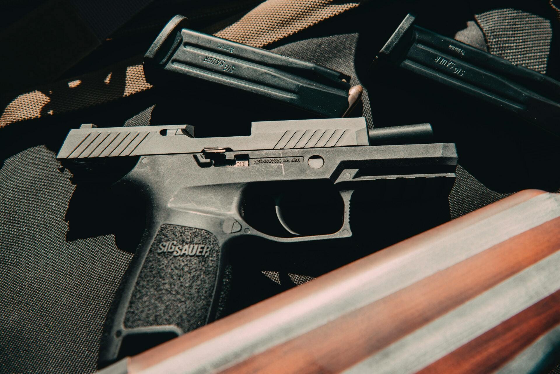 Semi automatic pistol 4204234