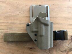 Glock Holster - T.Rex Arms Ragnarok auf Safariland UBL Midride Plattform mitT.Rex Arms Beingurt - Kydex Beinholster - beige/FDE